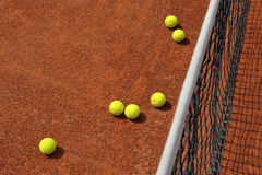 Tennisbollar på domstolen Royaltyfria Bilder