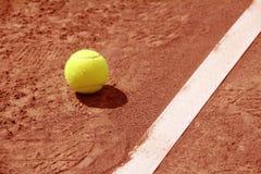 Tennisbollar på near linje för domstol Arkivbilder