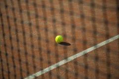 Tennisbollen med fältet och förtjänar Arkivfoto