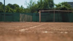 Tennisbollen slår jordningen och studsar att landa ut utanför lager videofilmer