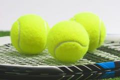 Tennisconcept: de extreme close-up, tennisracket met ballen ligt o Stock Fotografie