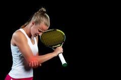 Tennisfrauenspieler mit der Verletzung, die den Schläger auf einem Tennisplatz hält lizenzfreie stockbilder