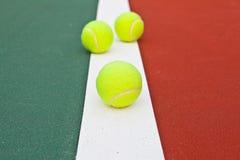 Tennisgericht an der Grundlinie mit Kugel lizenzfreie stockfotos