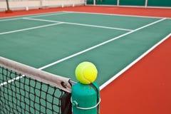 Tennisgericht mit Kugel stockfoto