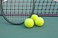 Tennisgericht mit Kugel und Schläger lizenzfreie stockbilder