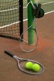 Tennisgericht mit Kugeln und Ra Stockfotografie