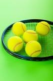 Tenniskonzept mit Kugeln Lizenzfreie Stockfotos