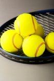 Tenniskonzept mit Kugeln Lizenzfreie Stockfotografie