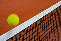 Tenniskugel über dem Netz Stockfotos
