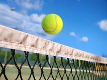 Tenniskugel über dem Netz Stockbild