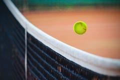 Tenniskugel über dem Netz lizenzfreies stockfoto