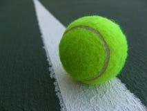 Tenniskugel auf der Zeile Stockfotos
