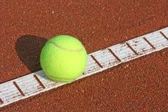 Tenniskugel auf der Zeile Stockfotografie