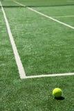 Tenniskugel auf einem Gericht Stockfotografie