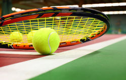 Tenniskugel auf einem Tennisgericht Stockbilder