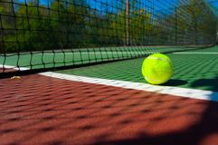 Tenniskugel auf Gericht Stockfotos
