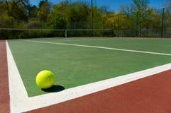 Tenniskugel auf Gericht lizenzfreie stockfotos