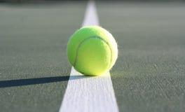 Tenniskugel auf Gerichtszeile Stockfotos