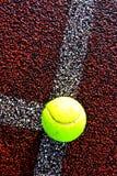 Tenniskugel auf Zeile Lizenzfreie Stockfotos