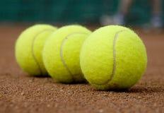 Tenniskugel drei Stockbild