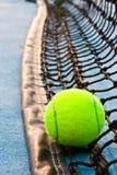Tenniskugel und -netz Lizenzfreies Stockfoto