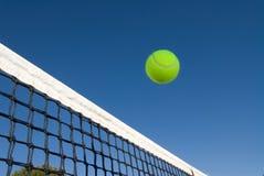 Tenniskugel und -netz Lizenzfreie Stockbilder