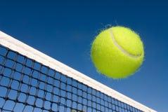 Tenniskugel und -netz Lizenzfreie Stockfotografie