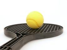 Tenniskugel und -schläger Stockfotos