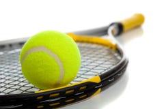 Tenniskugel und -schläger lizenzfreie stockfotografie