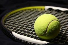 Tenniskugel und -schläger Stockfotografie
