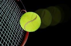 Tenniskugel und -schläger Stockbild