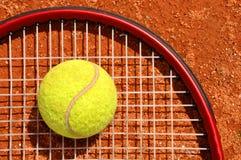 Tenniskugel und -schläger Lizenzfreie Stockbilder