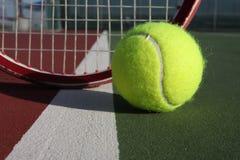 Tenniskugel und -schläger Stockfoto