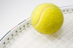 Tenniskugel und -schläger Lizenzfreies Stockfoto