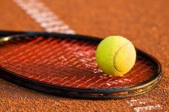 Tenniskugel und -schläger Lizenzfreies Stockbild