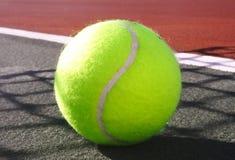 Tenniskugelgericht Stockfoto