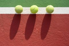 Tenniskugeln auf dem Gericht lizenzfreies stockfoto