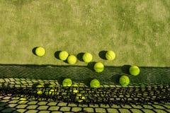 Tenniskugeln auf dem Gericht Stockfotos