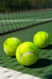 Tenniskugeln auf Gericht Stockfotografie