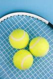 Tenniskugeln mit Schläger Stockbilder