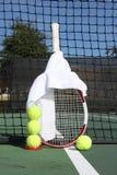 Tenniskugeln, -schläger und -netz Stockfotografie