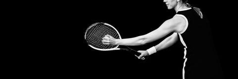 Tenniskvinna som rymmer en tennisboll och en tennisracket Arkivfoto