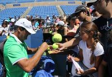 Tennislagledare Tony Nadal av Spanien undertecknande autografer efter övning med mästaren Rafael Nadal för storslagen Slam för US Arkivfoton