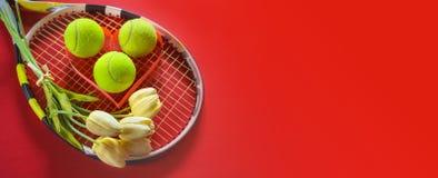 Tennisliebesplan auf rotem Hintergrund mit Tennisschlägerbällen mit weißen Tulpenblumen des Blumenstraußes Internationaler Frauen lizenzfreie stockbilder
