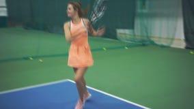 Tennismädchen schlägt erfolgreich die Bälle stock video