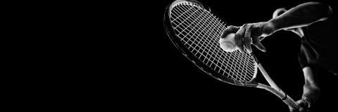 Tennisman som rymmer en tennisboll och en tennisracket Arkivfoton