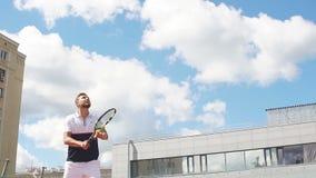 Tennismatch som en tjänande som spelare som öva förödande serve på utomhus- utbildning stock video