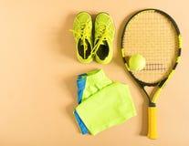 Tennismaterial auf Sahnehintergrund Sport, Eignung, Tennis, gesunder Lebensstil, Sportmaterial Tennisschläger, Kalktrainer, Tenni lizenzfreie stockfotos