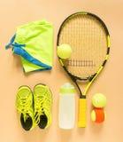 Tennismaterial på kräm- bakgrund Sport kondition, tennis, sund livsstil, sportmaterial Tennisracket, limefruktinstruktörer, tenni arkivbilder