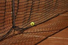 Tennisnetz und -kugel Stockbilder